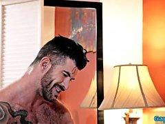 Tatuaggio gay doppia penetrazione con sborrata