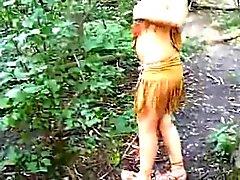 Muchacha vestida como a un indio chupa la polla en el bosque