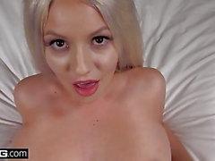 Teen schlechtes Mädchen Kylie Seite blinkt ihre großen Titten in der Öffentlichkeit