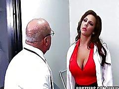 Medico suocera in stanza due. blu codice