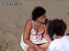 Teen paar gevangen op het strand