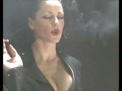 Deliciosamente Addicted fetiche que fuma Jefe perra en látex - PVC