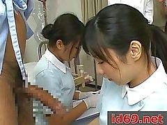Японской медсестрой рывков больной член