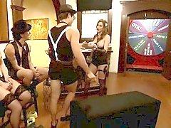 De dos las mujeres grandes titted rizados Conjunto De Cuatro desempeñar en reality show de
