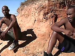 Uomini caldo africano dispongono sesso hardcore gay al sole