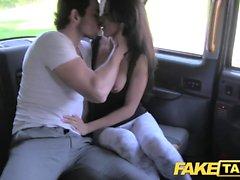 Fake Taxi haute La beauté espagnole baise son bébé dans le dos