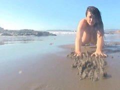 Leanne Crow, sur la plage