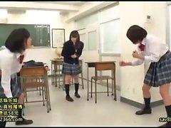 Bellezza teenager giapponese con dito figa pelosa