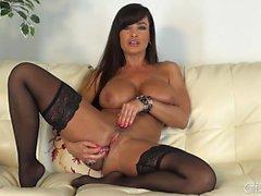 Siyah çoraplarda büyük göğüslü palyaço Lisa Ann kamera üzerinde mastürbasyon yapıyor