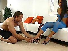 Cristina Aguchi la dominadora asiático coge pies de y las nalgas lamidos