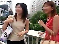 Zwei schöne asiatische Damen ihre Kleider fallen lassen und zur Schau stellen th