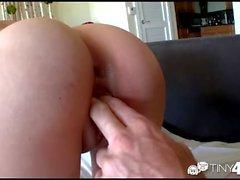 Tiny4k Petite brune Kimberly Costa injectée avec une grosse bite