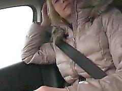 Adolescente de Victoria de filhote de cachorro bateu no carro com forasteiro pevert