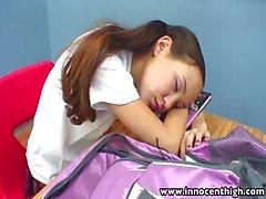 InnocentHigh enseignant cogner les étudiants Asie maigre de chatte