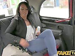 FakeTaxi - нее остается спермой вплоть ее ноге