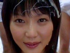 Preciosa joven japonesa se unta en el semen de un gang bang