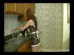 Adolescente morena dá esse cara um handjob POV agradável na cozinha
