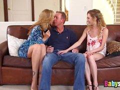Petite nounou Angel Smalls partage une grosse bite avec Julia Ann