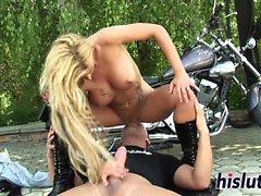 Inked biker chick tiene su coño arado