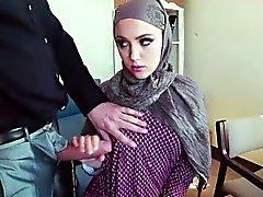 Utangaç Arap ağzının içinde bir şişmiş horoz ile doldurulmuş