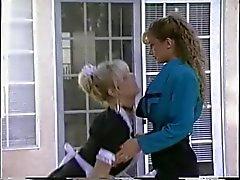 Debbie del Diamante y novia de follar con la correa-en aire libre