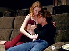 PASSION-HD Skinny russe Catarina Petrov baisée sur la maison salle de cinéma