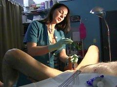 Krankenschwester Dehnt Sklaves Urethra mit Rosebud Sounds und Grüne Latex-Handschuhe