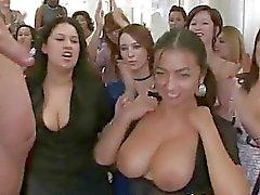 Meisjes zuigt lul en krijgt cum alle