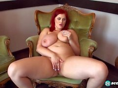 Sexy russische Redhead BBW w Huge Natural Tits Streifen rot-BH und masturbiert
