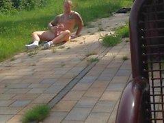 Kuumat heppu nykiminen alastomia julkisesti parkkeeraa kirkkaassa päivänvalossa