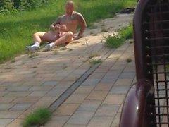hot guy strappi naked in sosta pubblica in piena luce