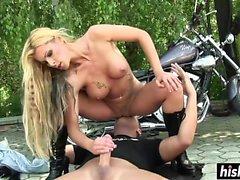 Biker girl a été forée à l'extérieur rapidement