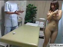 MILF Japanese nudist dedos hasta el éxtasis en cama masaje