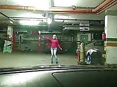 De la muchacha República Checa Elena G. de jodido en el aparcamiento
