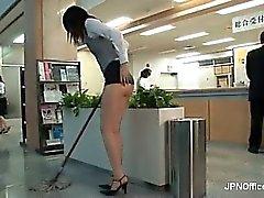 Unangenehme Asian Babe putzt den Office Teil 3