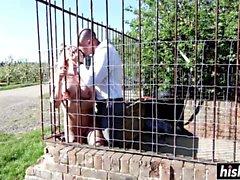 Caged blonde wird ohne Gnade gevögelt
