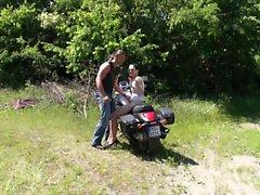Teen gullig Ridning fram av en motorcykel i en grungy biker och