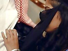 Кудрявый красотка Deepthroat Arab а получает толченый реальный глубоко для
