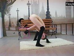 3 gymnastes nues effectuent des scissions et plus ..