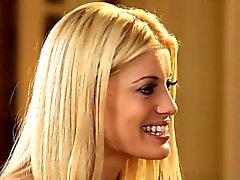 Dos blondes sexy que satisfacen unos a otros coochies sweet