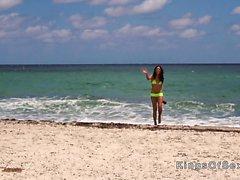 Hot Latina bangar i gul bikini