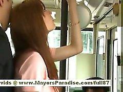 Rio asiático adolescente borracho recebendo seu bichano hairy acariciados de ônibus