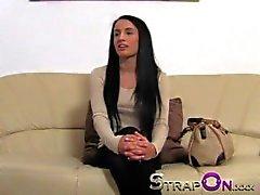 Strapon Uzun siyah saçlı bebe Strapon Horoz ile dolu düzüşüyor