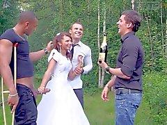 Young bride erhält durch drei Hähne fallen