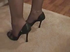 Brandi geeft blow- en footjob in panty .