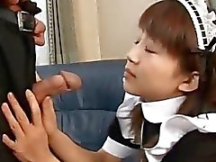 Japanse teen geeft een hete blowjob Maid ongecensureerd