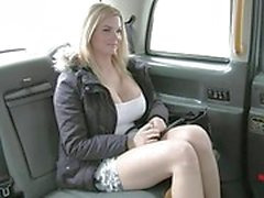 Busty TV star battue par le conducteur méchant