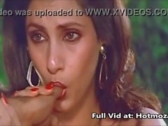 Sexy Actrice indienne Dimple Kapadia Sucer Thumb lustfully Comme Cock