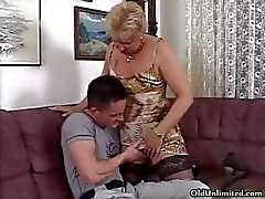 Geile blonde granny in kousen zuigen part1