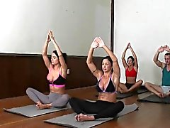 Femdoms lo yoga Cumswapping in di gruppo